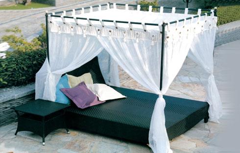 Ngắm bộ giường bể bơi thiết kế độc đáo với mái che tiện dụng