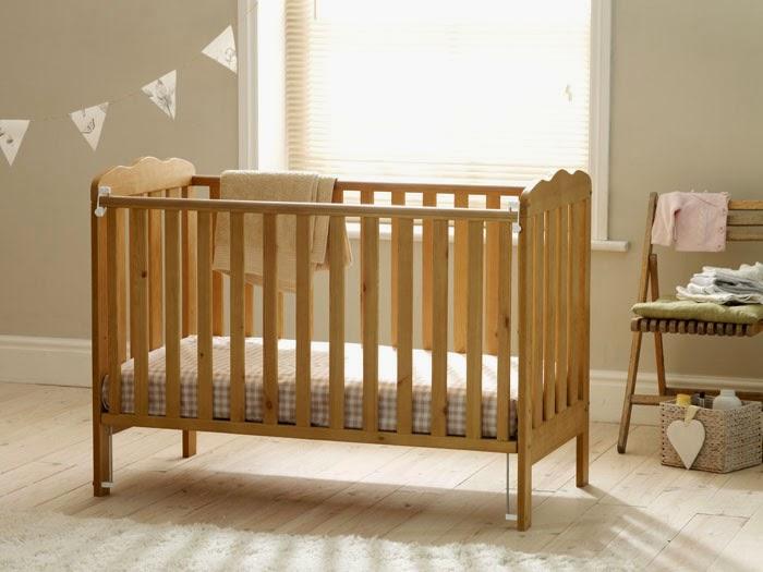 Cũi gỗ cho bé và cũi trẻ em bằng nhựa loại nào tốt hơn?