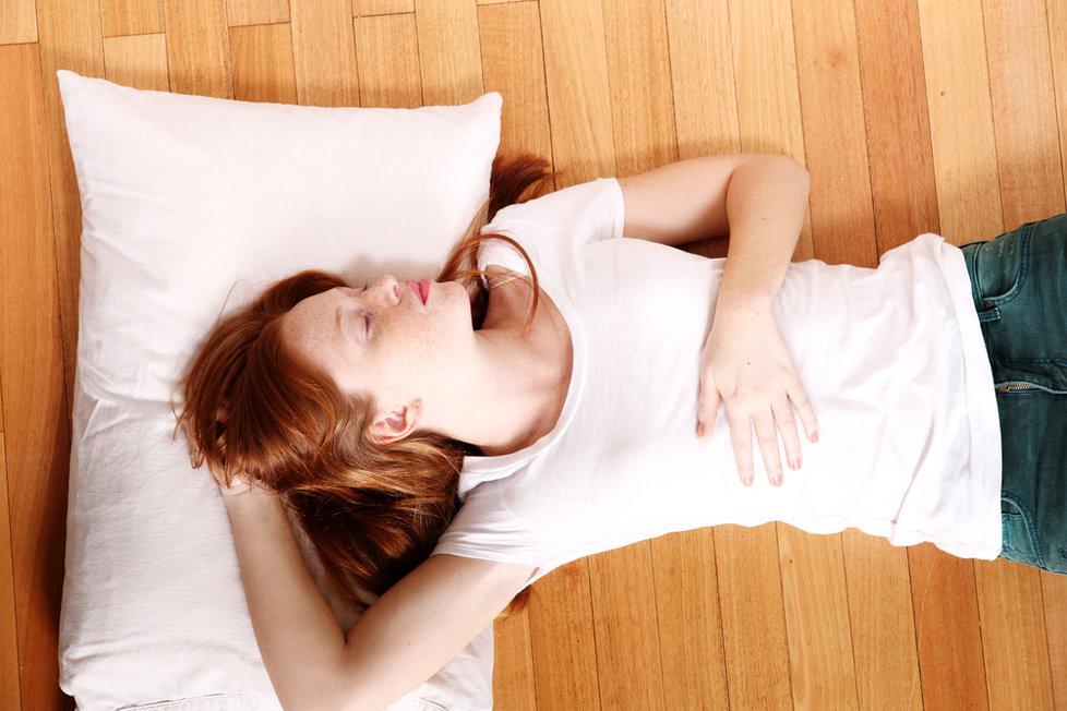 Giải đáp câu hỏi: Nằm ngủ dưới đất có tốt không?